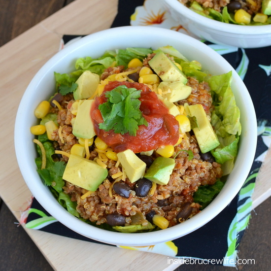 These beef taco quinoa salad bowls will be a breeze with the prep done earlier this week! Cook once, eat twice www.momfavorites.com meal plan