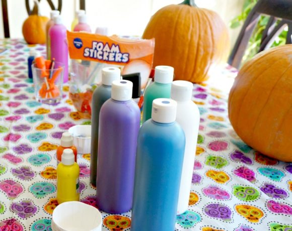 Time to embrace the fall with a Pumpkin Playdate and Painting Party. Set up, food and clean up tips for a Fall Pumpkin Playdate!