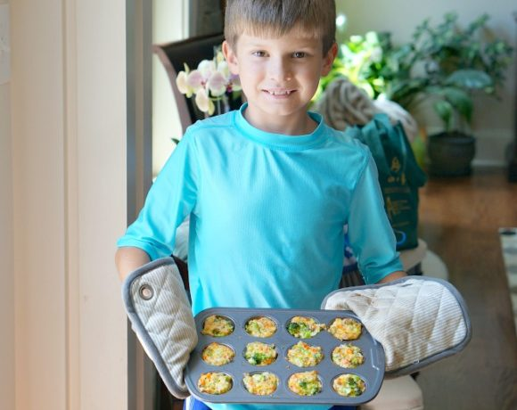 Fresh veggies.  Lots of cheese.  And a little help from my kid.  These are the ingredients for delightfully delicious Cheesy Veggie Bites, the perfect lunch for the whole family!