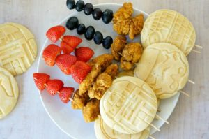 May the force meet you at your kitchen table!  Light Saber Kabobs stacked with Eggo pancakes, chicken nuggets, fruit and maple syrup are the perfect meal solution for busy Star Wars lovin' families!